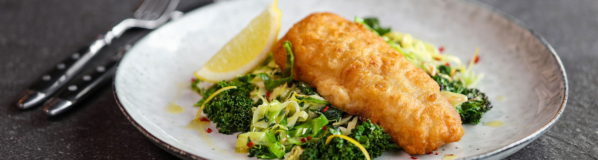 fish and crisp med stekt grønnkålblanding