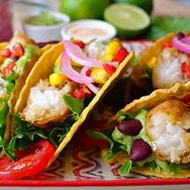 Taco med Fish & Crisp rolls, syltet rødløk og grønnsaker