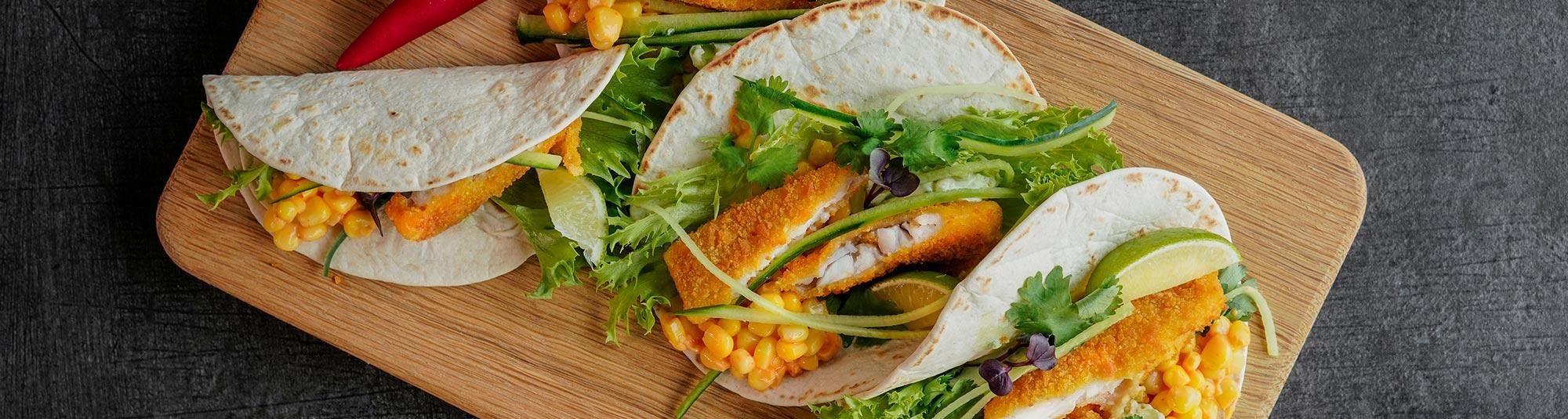 Tortillalefser fylt med fiskepinner, maisrøre og salat