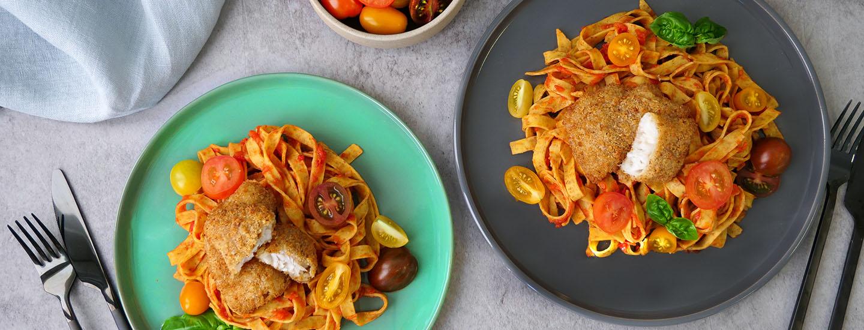 sprø fisk, pasta og tomatsaus