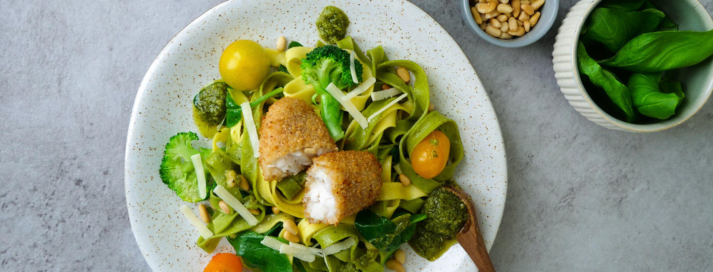 sprø fisk pasta pesto grønnsaker