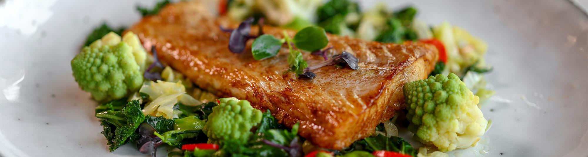 Stekt torskfilé på grön bädd med mixad örtsås