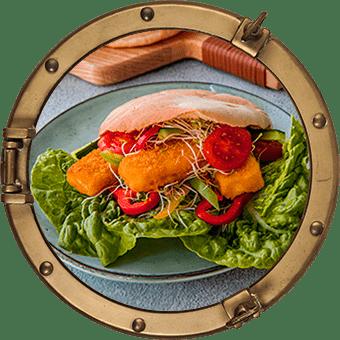 Frasiga fiskpinnar i pitabröd med grönsaker