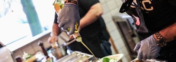 Rinnande olivolja från flaska till tallrik