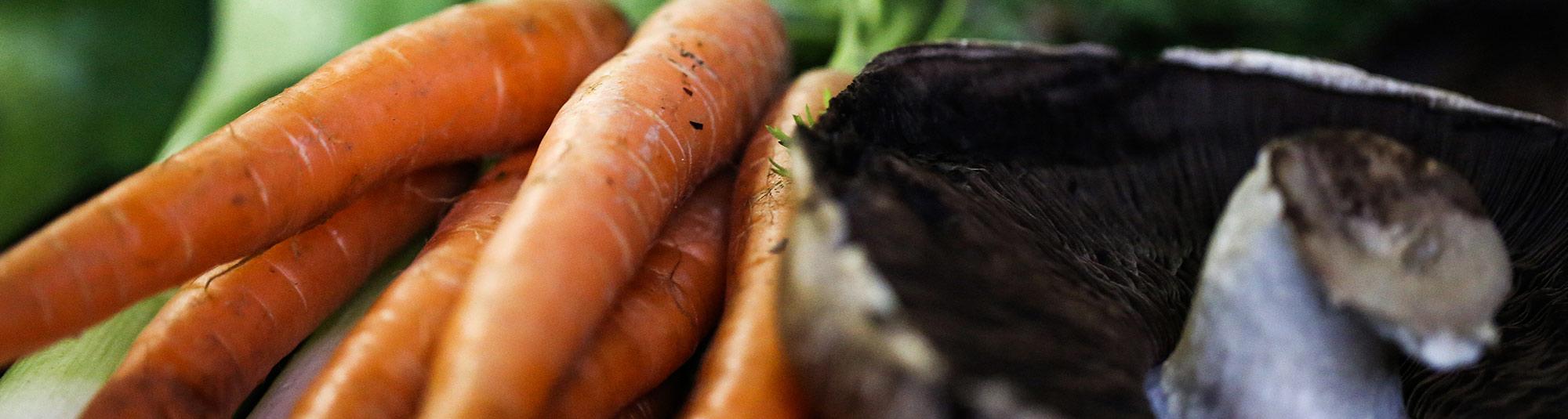 Oskalade morötter med blast och portobellosvamp