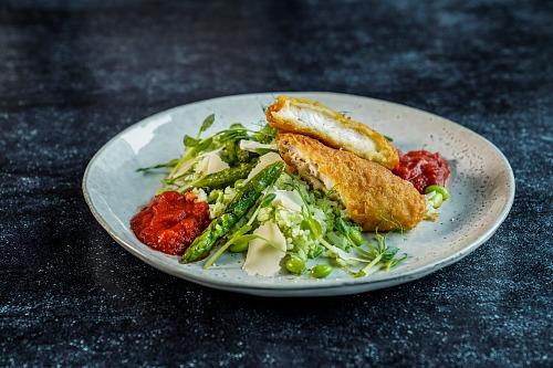 Tallrik med panerad fisk och grönsaksblandning