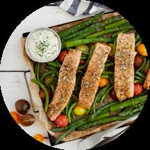 Skärbräda fylld med grönsaker och tre laxfiléer