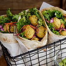 Tre stycken wraps med grönsaker och falafel