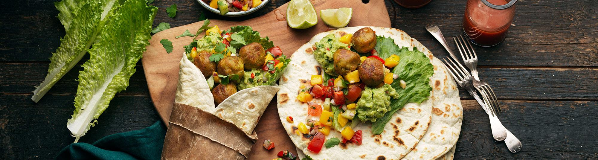 Veggie wrap med grönsaksbullar, ärtguacamole och mangosalsa