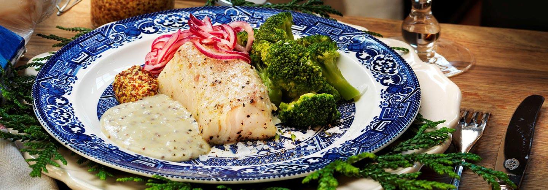 Ugnsbakad torskrygg med skånsk senapssås, ångad broccoli och syrad rödlök