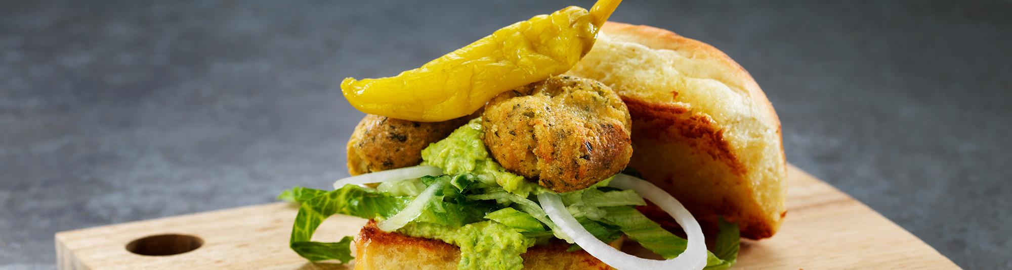 Falafel slider med grön kikärtshummus och feferoni