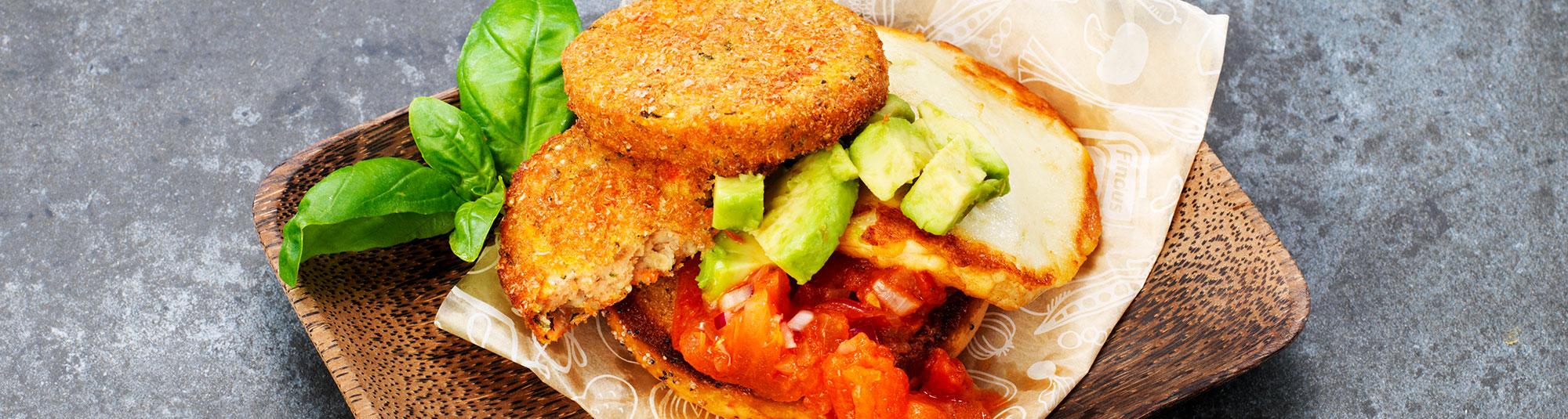 Toast med Quinoa- och sötpotatisbiffar, halloumi och avokado