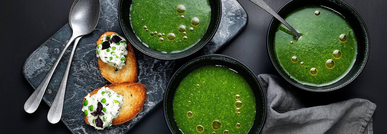 Grönsakssoppa med toast och ärtcreme