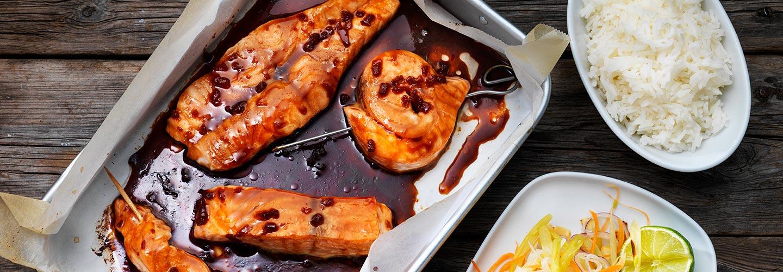 Lax Yakitori med sallad av vaxbönor, morot och rostad mandel