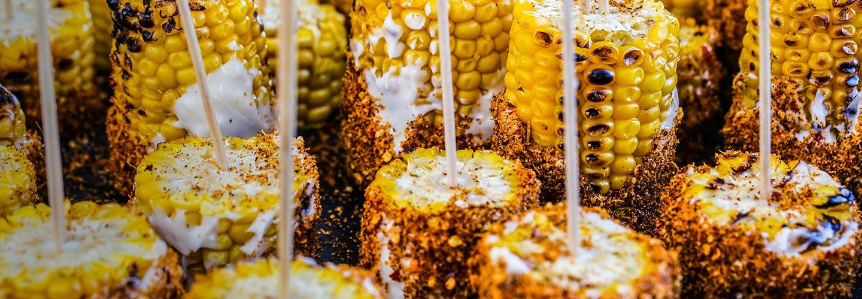 Grillad majskolv med aioli och het kryddblandning