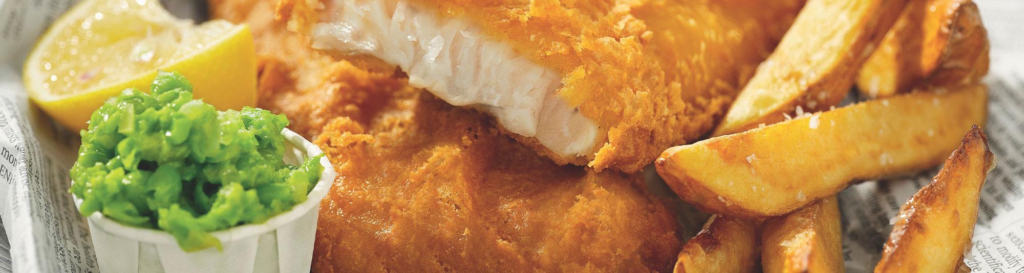 Fish and chips med pommes och ärtröra