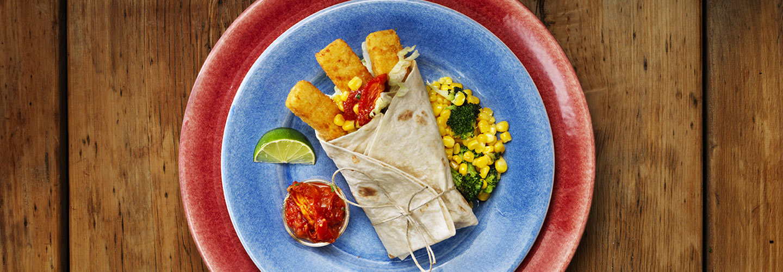 Fiskburritos - panerade fiskpinnar i tortillabröd med grönsaker, tomatsalsa och guaccamole