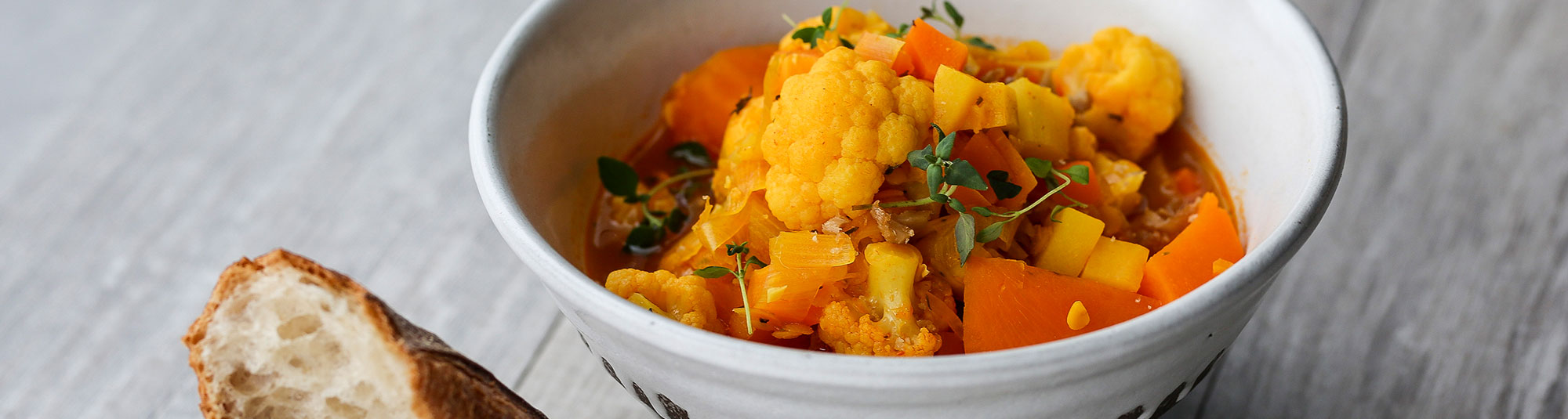 Mustig Pease gryta med blomkål och sötpotatis, gjord på Findus veganska ärtprotein Pease färs.