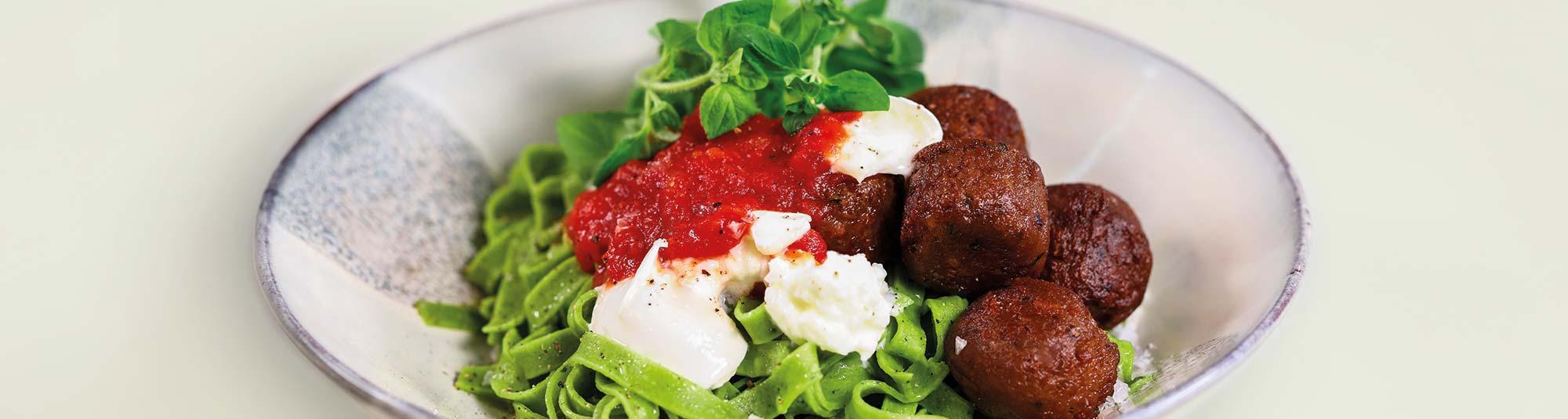Veganska peasebullar med mozzarella och tomatsås