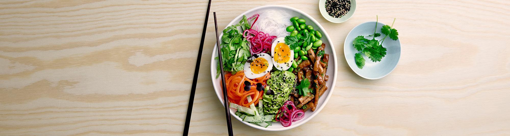 Pease bowl med asiatiska smaker gjord på Findus veganska ärtprotein Pease, glasnudlar och ägg.