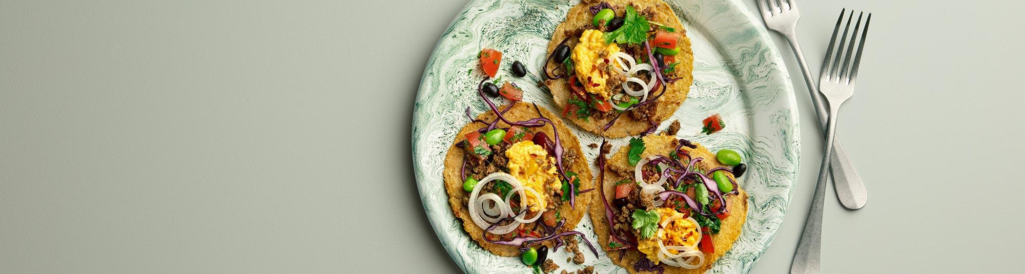 Tostada med vegansk Pease färs och bönsallad.