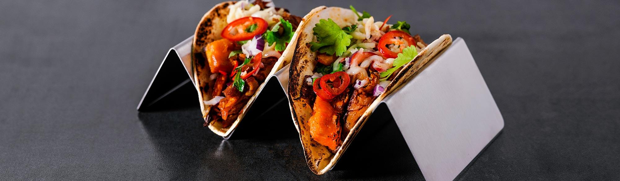 Två stycken vegetariska tacos med diverse grönsaker