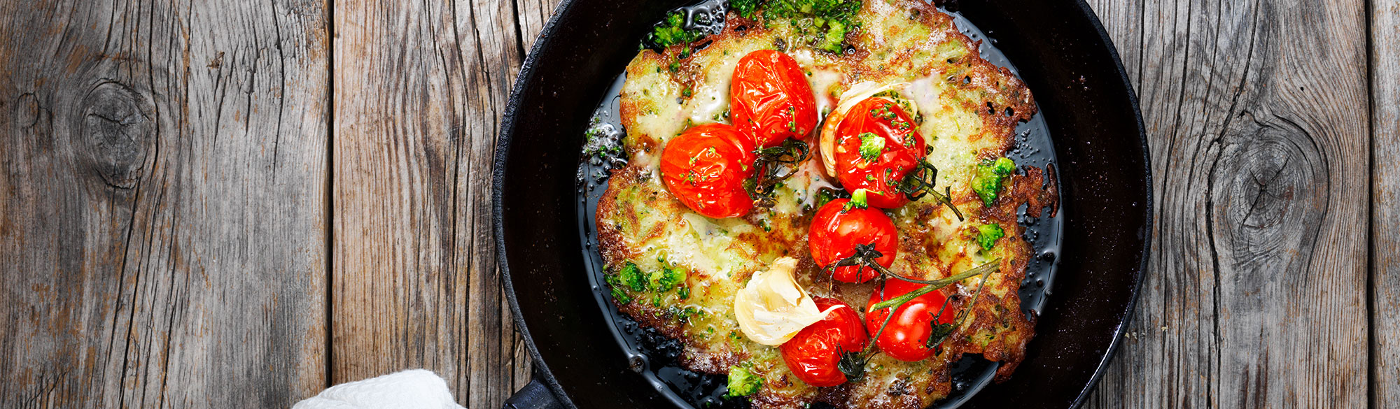 Raggmunkar med broccoli och vitlöksrostade tomater