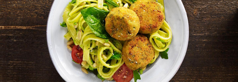 Ricottabiffar med pastasallad och ärtpesto
