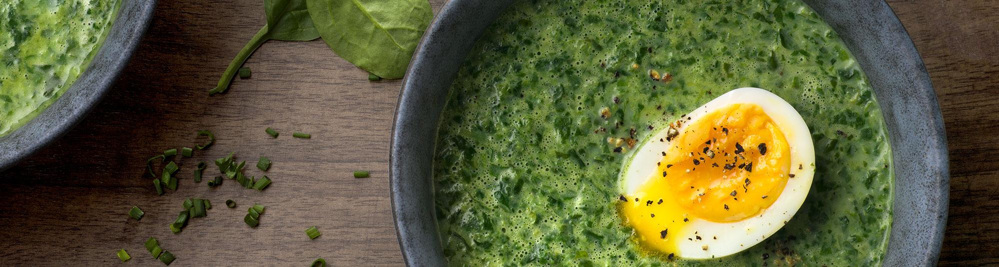 Krämig spenatsoppa med ägg och gräslök