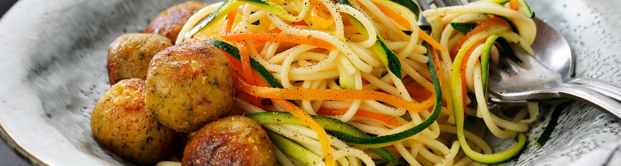 Falafel med zucchini och morotspasta