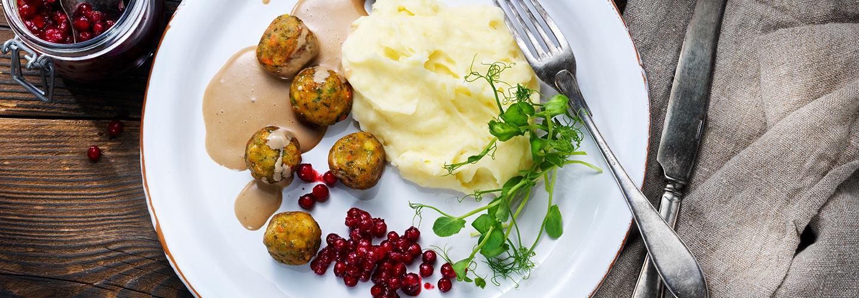 Grönsaksbullar med gräddsås, potatismos och rårörda lingon