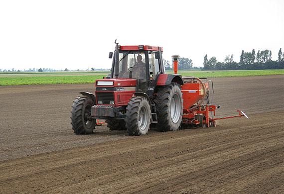 Marchfeld Bauer im Traktor
