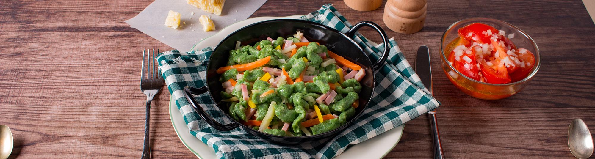 Spinat-Nockerl mit Schinken und Streifengemüse