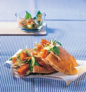 Fischstäbchen in Pita-Brot auf einem Teller