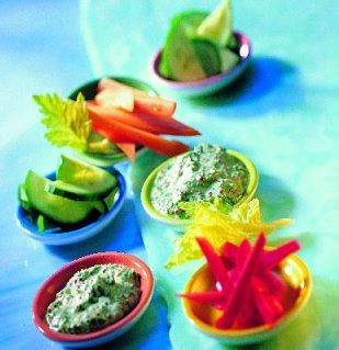 Spinatdip in Schälchen und Gemüse