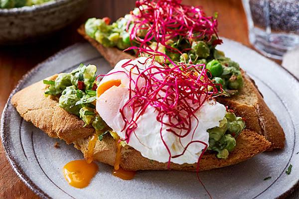 Brot mit Avocado und pochiertem Ei