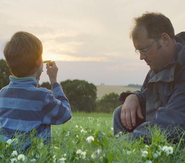 Vater und Sohn auf einem Erbsenfeld