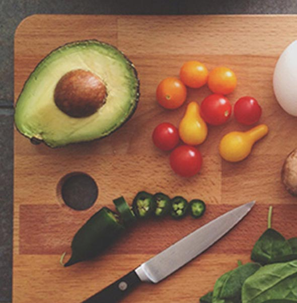 Holzbrett mit Gemüse