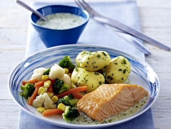 Fisch angerichtet mit Kartoffeln und Gemüse