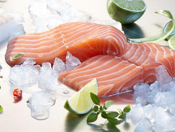 Roher Fisch auf einer glatten Fläche