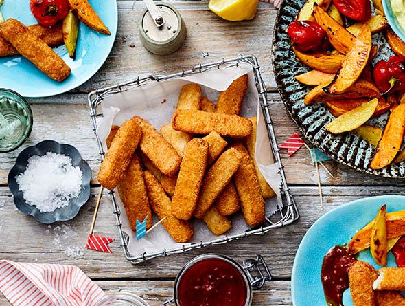 Fischstäbchen und Kartoffelspalten von oben