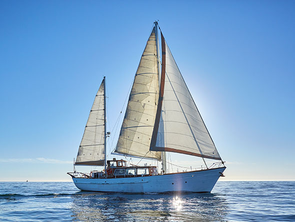 Segelschiff auf dem Meer bei blauem Himmel
