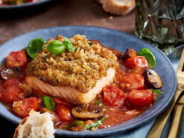 Fischfilet mit Tomaten und Sauce auf einem Teller