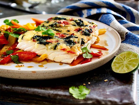 Fischfilet mit Spinat auf einem Teller
