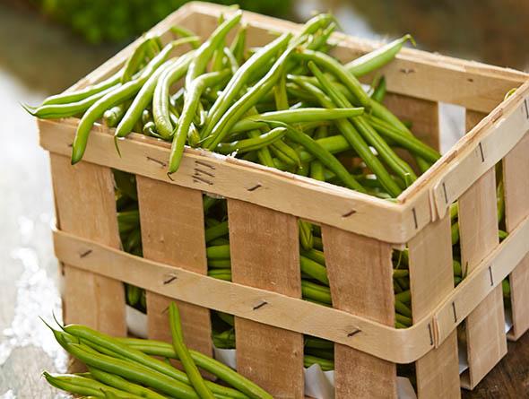 Korb gefüllt mit grünen Bohnen