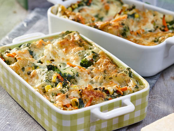 Zwei Auflaufformen gefüllt mit Gemüselasagne