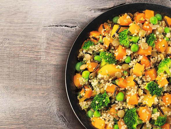 Teller gefüllt mit Kürbis Quinoa und Erbsen