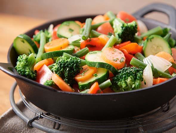Bratpfanne gefüllt mit buntem Gemüse