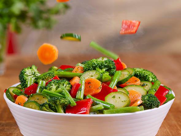 Buntes Gemüse in weißer Schale