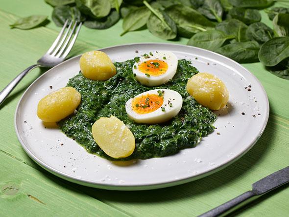 Teller mit Rahmspinat Kartoffeln und Ei